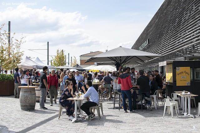 Ihmisiä Les Halles de Bacalanin edustalla