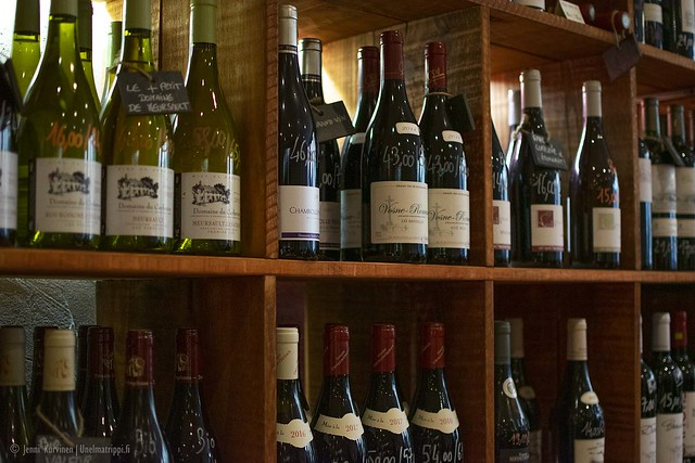Viinipulloja Wine More Time -viinikaupassa