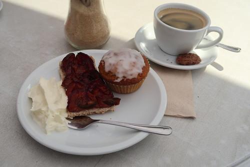 Möhren-Haselnuss-Muffin und Pflaumenkuchen mit Sahne zu einem Café Crème