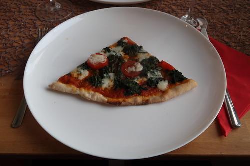 Große Pizza mit Spinat, Mozzarella und San Marzano Tomaten (mein 1. Viertel)