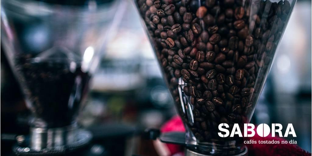 Tolva del molino profesional de muelas con café