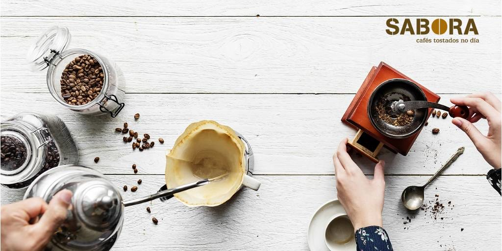 Molinillo tradicional de café con cafetera de filtro