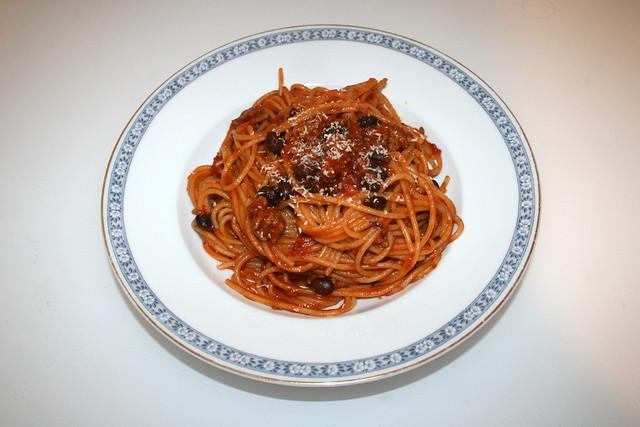 Spaghetti with mincemeat bean tomato sauce - Serviert / Spaghetti mit Hackfleisch-Bohnen-Tomatensauce - Served
