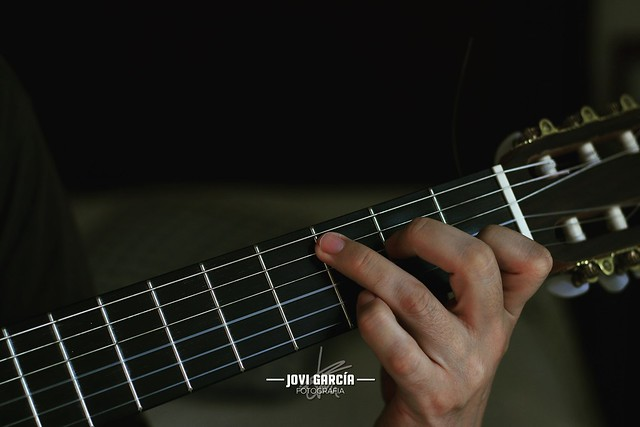 Tocando la guitarra - Playing guitar