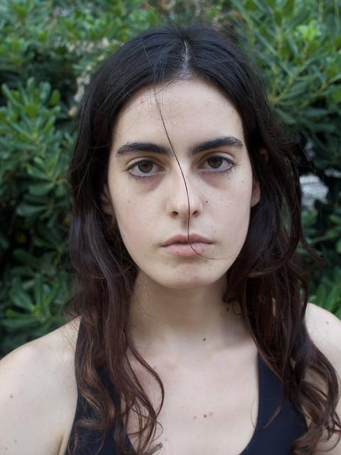 Irina, catalana, estudiant de fotografia, primer la vaig fotografiar tal com la vaig veure i després de primer pla. igual d'amable i igual de seriosa, ella és així i així em va agradar. Avinguda Josep Tarradellas, Barcelona.