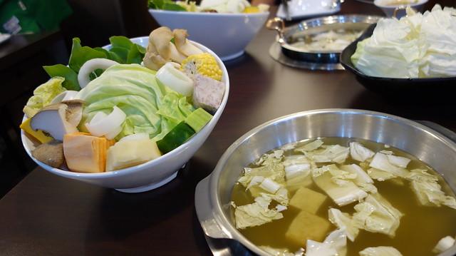 15種蔬果組裝成的菜盤,滿滿一大盤啊啊啊@板橋橙湯火鍋