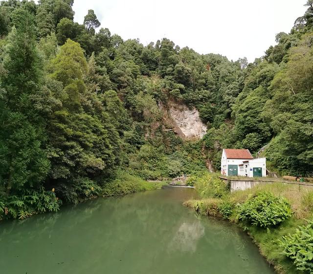 presa de Fajã do Redondo sendero a cascada Salto do Cabrito Isla de San Miguel Azores Portugal