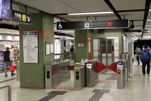 Additional pair of wide ticket gates lead to the platform lift at Lok Fu station