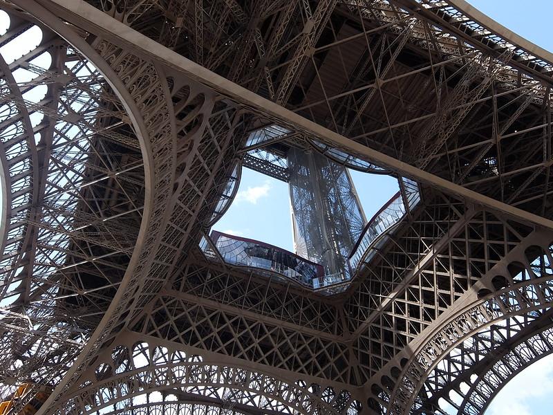 Париж - Эйфелева башня - Вид снизу
