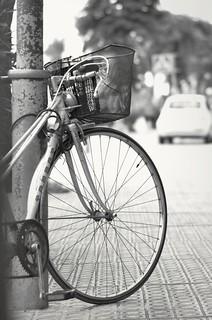 Una bicicleta con cesta