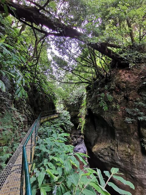 puente tuberia de antigua Central Hidroelectrica de Fajã do Redondo sendero a Cascada Salto do Cabrito Isla de San Miguel Azores Portugal 03