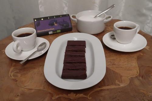 Nobelbitterschokolade Hauszwetschke  (von Zotter) zum Espresso