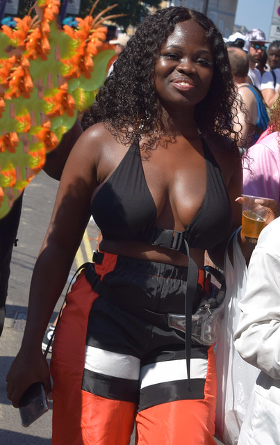 DSC_5594a Notting Hill Caribbean Carnival London August 26 2019 Stunning Party Girl Décolleté Low Neckline Beautiful Breasts Cleavage with Charming Smile