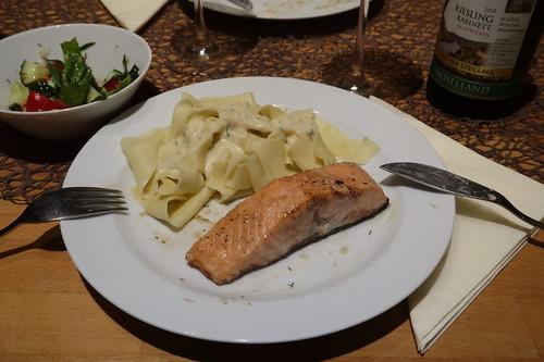 Bandnudeln mit Gorgonzolasoße zu auf der Haut gebratenem Lachs und gemischtem Salat (meine 2. Portion)