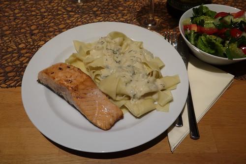 Bandnudeln mit Gorgonzolasoße zu auf der Haut gebratenem Lachs und gemischtem Salat (meine 1. Portion)