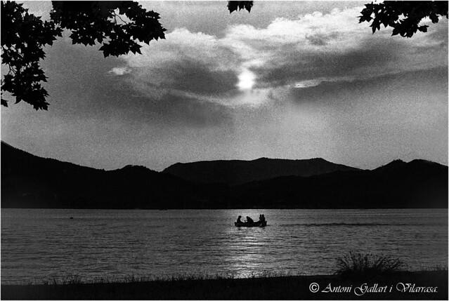 Romanticisme sota la Lluna. (Llac de Banyoles - Girona- Catalunya).                                                                                                   Primer Premi Concurs Nacional de Fotografia de Banyoles. Tema: Lliure.  Modalitat: B/N.