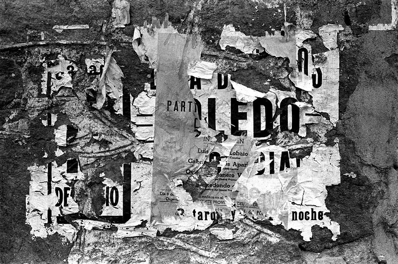 Unos carteles en una pared de Toledo  entre 1974 y 1976 © Estate Jesse A. Fernandez / Collection France Mazin Fernandez