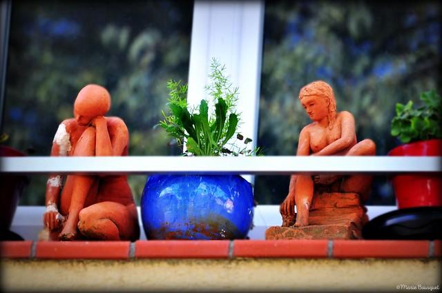 Les statuettes s'ennuient sur le rebord de la fenêtre