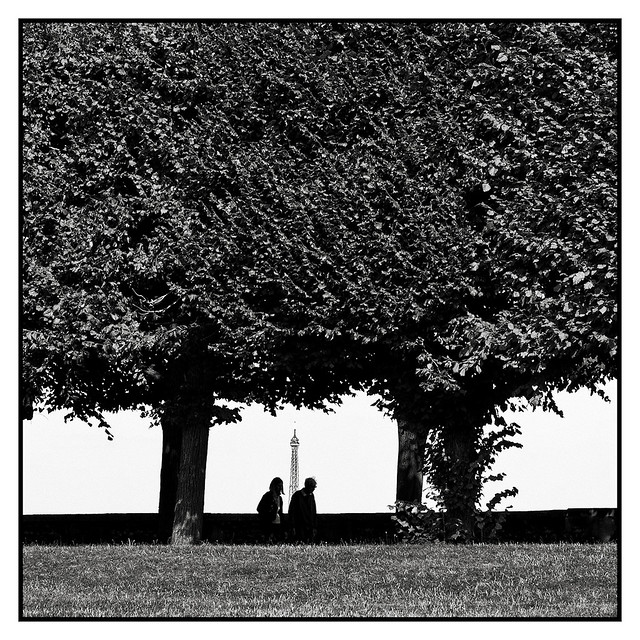 Silhouettes devant la Tour Eiffel The silhouettes of a couple are walking in front of the Eiffel Tower