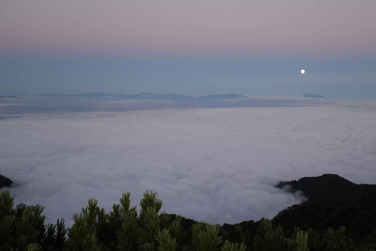 雲海と満月