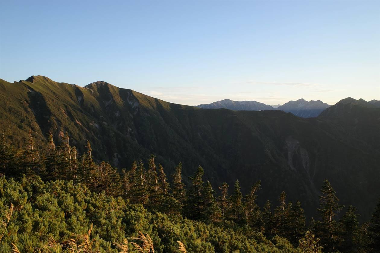 夕日に染まる爺ヶ岳稜線とアルプスの山々