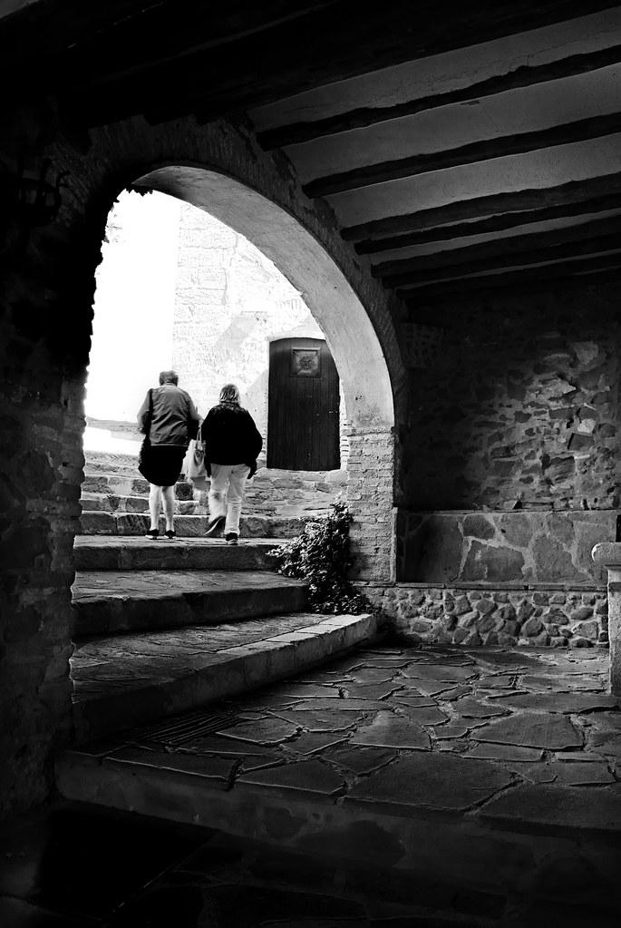 dos mujeres subiendo la escalera ByN