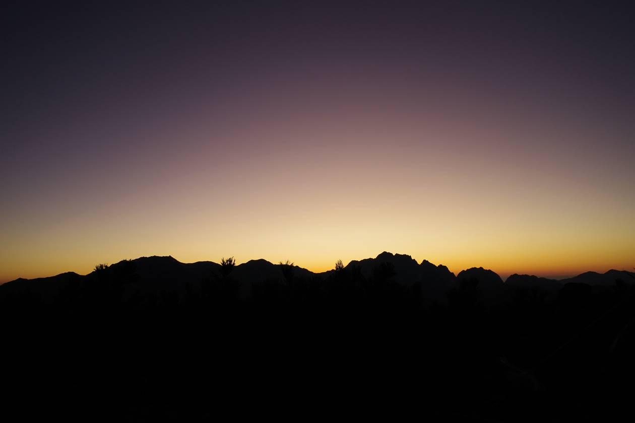 夕焼けとアルプスのシルエット(冷池山荘テント場から)