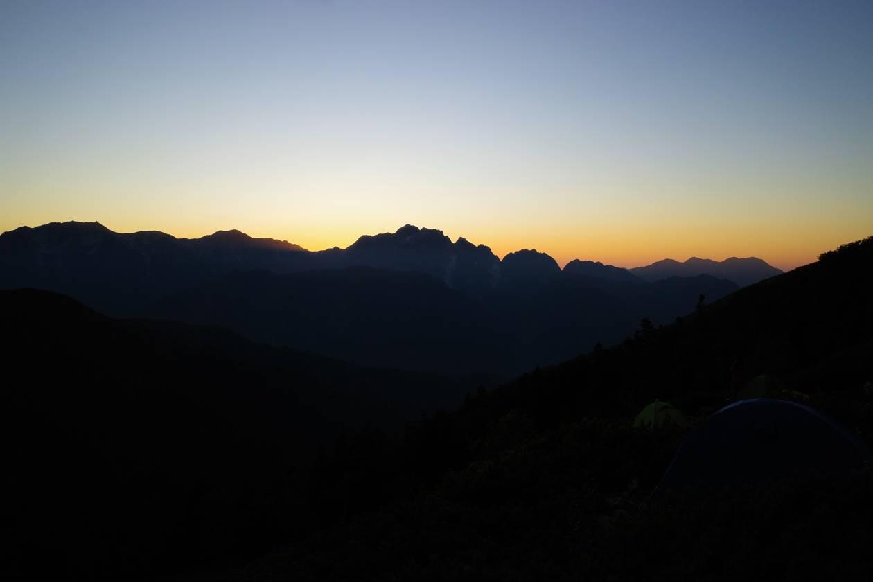 冷池山荘テント場から眺める夕焼けと剱岳のシルエット