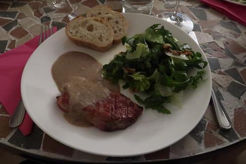 Gegrilltes Schweinenackensteak mit Maronen-Apfel-Soße, Salat und Baguette
