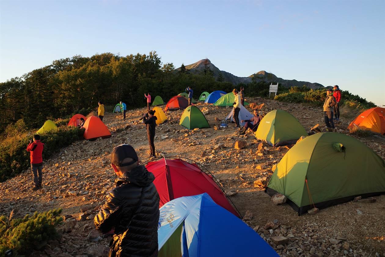 夕日を眺める登山者たち