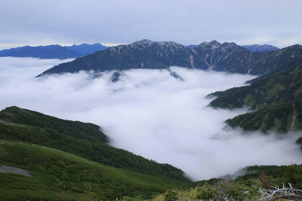 雲海と北アルプス・槍ヶ岳の展望