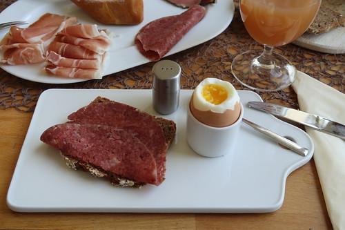 Corned Beef auf Roggen-Hafer-Brot zum Frühstücksei