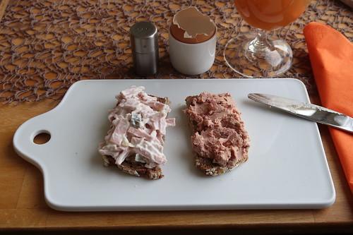 Fleischsalat und Leberwurst mit Preiselbeeren auf Roggen-Hafer-Brot