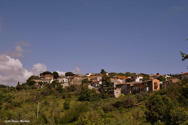 Ecco il borgo di circa 130 anime il provincia di Viterbo,sua frazione,il quale un piccolo gruppo di giovani realizzando oltre 25 opere murarie che rappresentano le più belle fiabe, e diventando pertanto il paese delle fiabe, unico nel suo genere, facendo