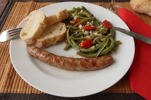Gegrillte Lammbratwurst zu Bohnen-Tomaten-Salat und Baguette