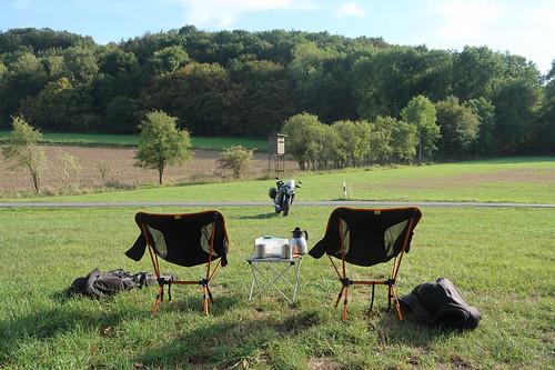 Picknicktisch und Klappstühle (bei Pause auf kleiner Motorradrunde im Osnabrücker Umland)