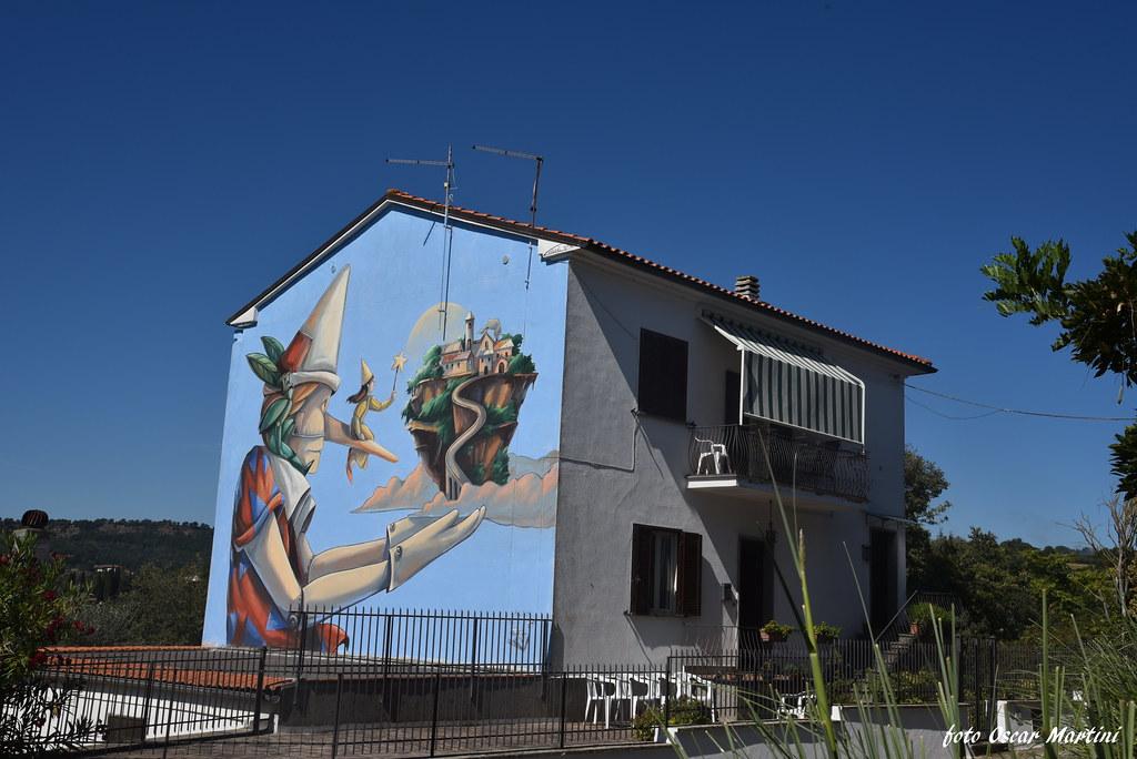 Sant'Angelo il paese delle fiabe, un borgo di circa 130 persone che rivive il sogno delle favole con un museo a cielo aperto.