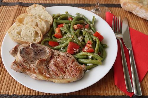 Gegrilltes Lammsteak zu Bohnen-Tomaten-Salat und Baguette