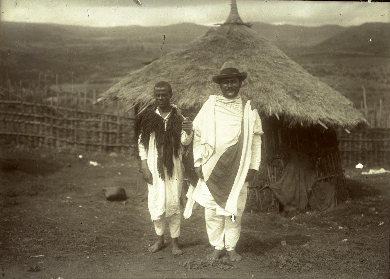 361. Абиссиния, Аддис-Абеба. Атто Мацфен с ашкером (солдатом). Галла