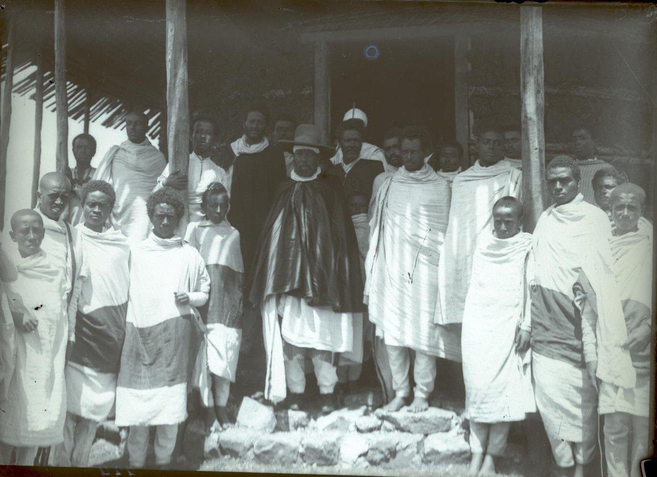 339. Абиссиния, Аддис-Абеба. Император Менелик со свитой у операционной русского госпиталя