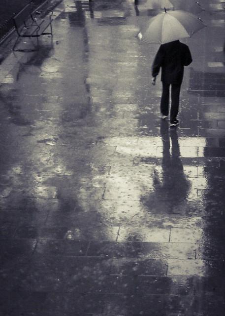 A veces me dan ganas de abrazarte bajo la lluvia...