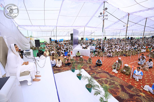 Satguru Mata Sudiksha Ji Maharaj showering the blessing