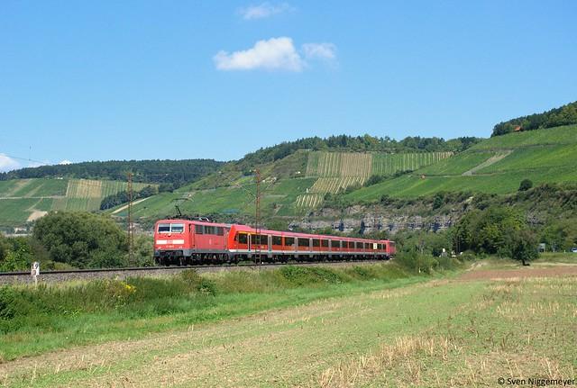 111 215-0 + 111 208-5 mit Modus-Wagen auf dem RE von Frankfurt nach Würzburg Hbf bei Himmelstadt am 17.08.11