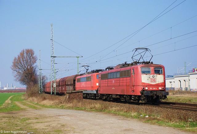 151 134-4 + 151 048-6 mit einem Güterzug in Porz-Wahn am 21.03.12
