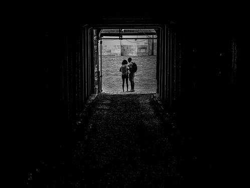 Il y aura toujours un couple frémissant Pour qui ce matin-là sera l'aube première Il y aura toujours l'eau le vent la lumière Rien ne passe après tout si ce n'est le passant.