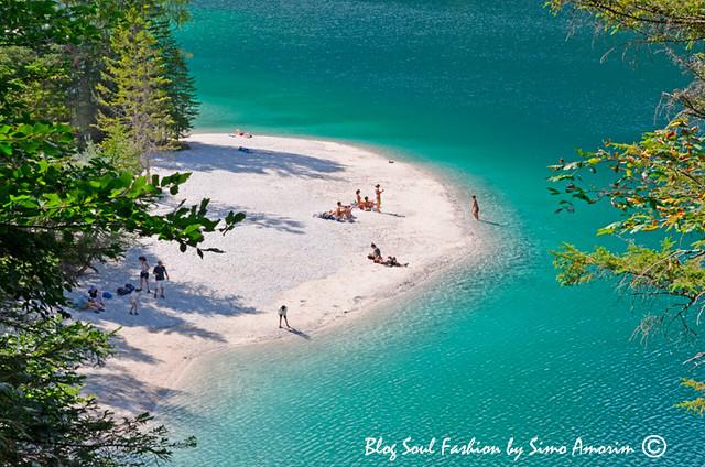 A água, como vocês podem ver, é cristalina e durante os dias quentes do verão bem refrescante. a parte mais profunda do lago de 39 metros