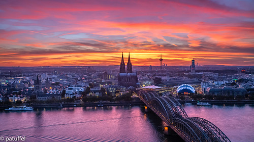 sunset blue hour bluehour rhine köln dom cathedral sun sky red orange purple rhein hohenzollern brücke bridge triangle tv tower fernsehturm mediapark media park hohenzollernbrücke leica m10 unesco worldheritage 28mm summicron platform lvr building