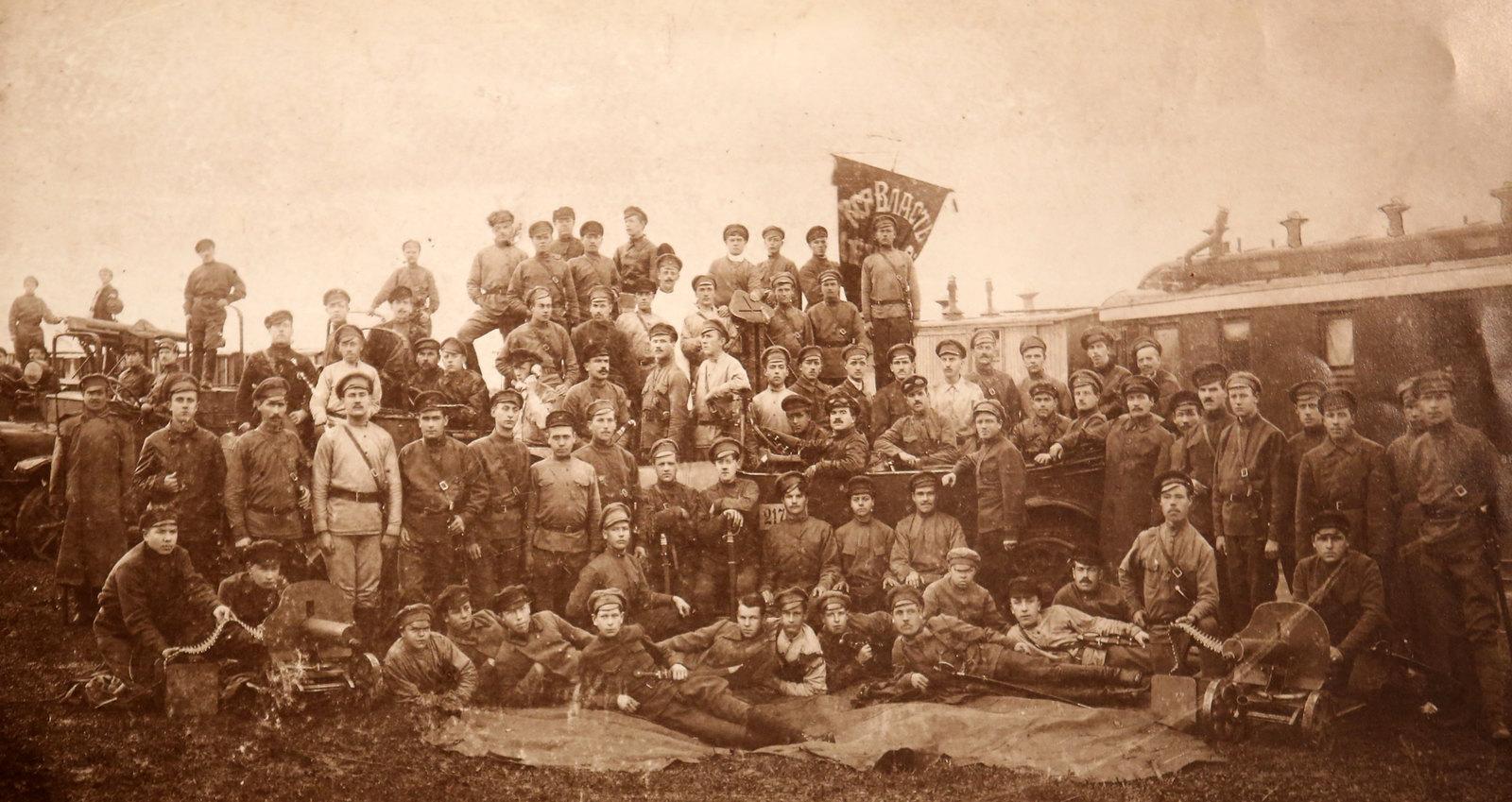 33. Команда бронепоезда №6  «Путиловцы». В машине, справа от шофера – командир Авраамий Шмай. После июля 1918