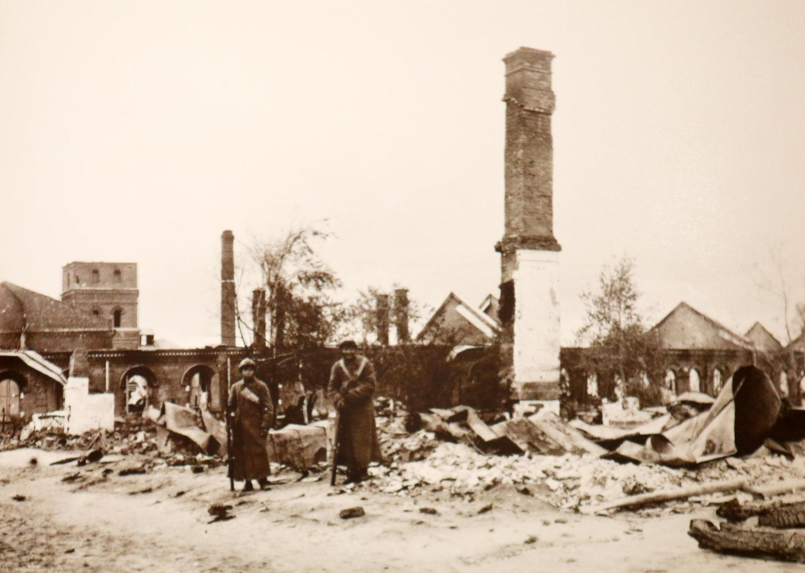 01. Китайские бойцы на руинах Ярославля. 1918