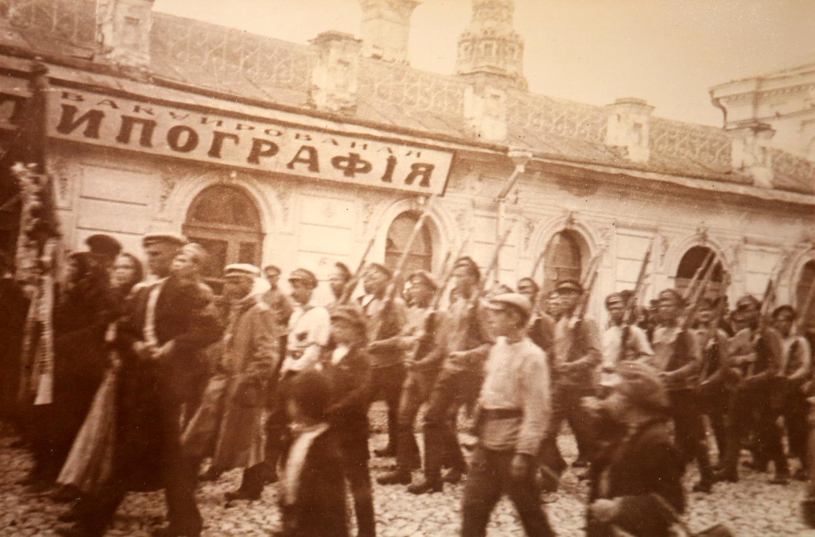 23. Проход красных отрядов по улицам Ярославля. Июль 1918